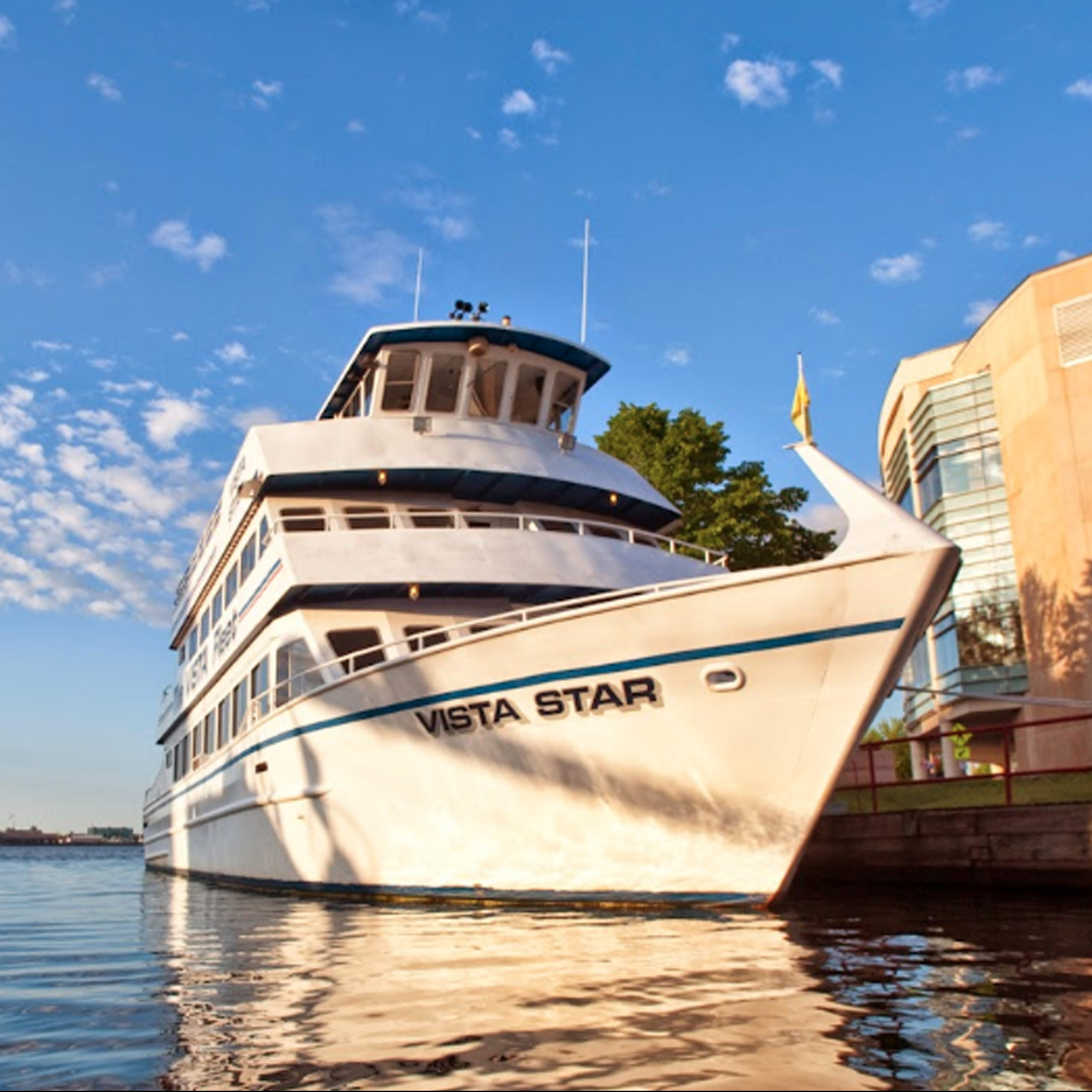 Vista fleet lake superior cruise in canal park mn for Duluth mn resorts e cabine