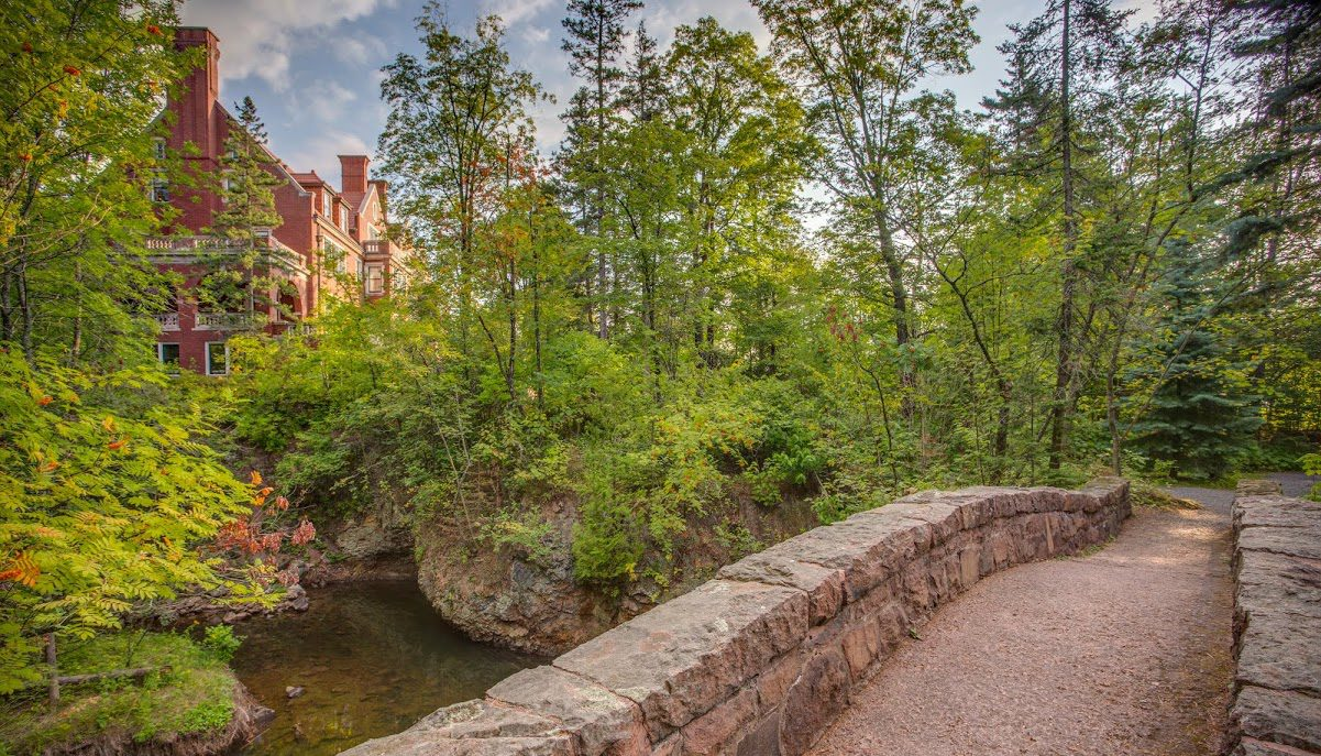 Glensheen-stone-bridge-and-house